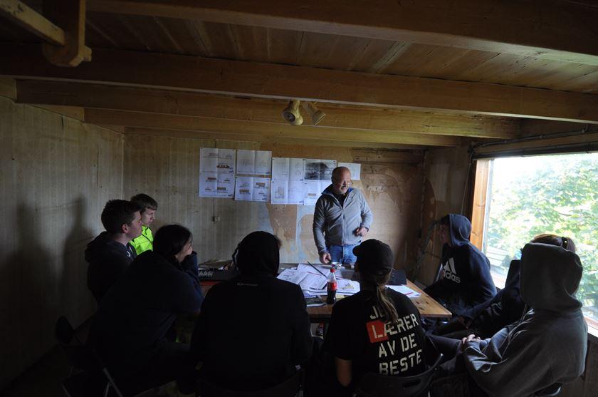 Arkitekt Reier Carlsen foreleser for interesserte elever på Bryne videregående skule ved Bygg- og anleggslinjen.